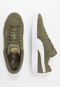 Puma - SMASH V2 - Sneakersy niskie - burnt olive/white/team gold - 1