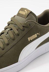Puma - SMASH V2 - Sneakersy niskie - burnt olive/white/team gold - 5