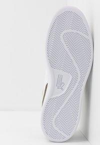 Puma - SMASH V2 - Sneakersy niskie - burnt olive/white/team gold - 4