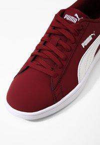 Puma - SMASH V2 BUCK - Baskets basses - pomegranate/puma white - 5