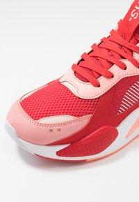 Puma - RS-X TOYS - Sneakersy niskie - bright peach/high risk red - 5