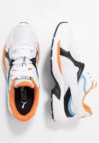 Puma - AXIS PLUS 90'S - Matalavartiset tennarit - white/black/team light blue/jaffa orange - 1
