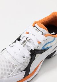 Puma - AXIS PLUS 90'S - Matalavartiset tennarit - white/black/team light blue/jaffa orange - 5
