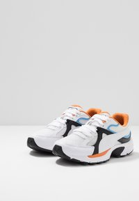 Puma - AXIS PLUS 90'S - Zapatillas - white/black/team light blue/jaffa orange - 2
