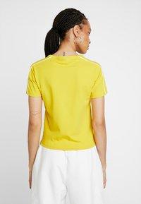 Puma - CLASSICS  - Print T-shirt - sulphur - 2
