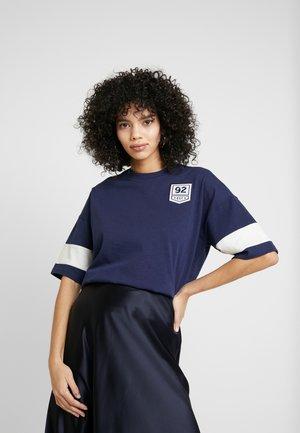 PUMA X SELENA GOMEZ OVERSIZED TEE - T-shirt imprimé - peacoat