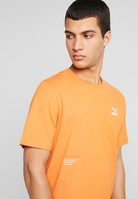 Puma - TRAIL GRAPHIC TEE - Camiseta estampada - jaffa orange - 4