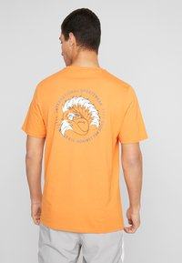 Puma - TRAIL GRAPHIC TEE - Camiseta estampada - jaffa orange - 2