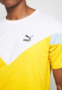 Puma - ICONIC TEE - T-shirt imprimé - golden rod - 5