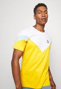 Puma - ICONIC TEE - T-shirt imprimé - golden rod - 3