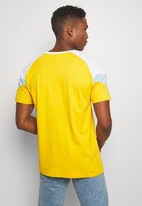 Puma - ICONIC TEE - T-shirt imprimé - golden rod - 2
