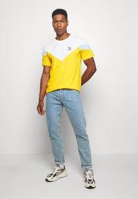 Puma - ICONIC TEE - T-shirt imprimé - golden rod - 1