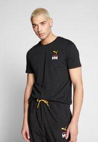 Puma - X HELLY HANSEN TEE - T-shirt imprimé - black - 0