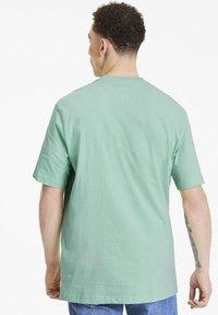 Puma - DOWNTOWN GRAPHIC TEE - T-shirt imprimé - mist green - 2