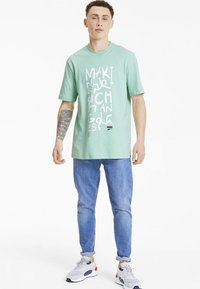 Puma - DOWNTOWN GRAPHIC TEE - T-shirt imprimé - mist green - 1