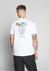 Puma - GRAPHIC TEE - T-shirt imprimé - puma white - 0