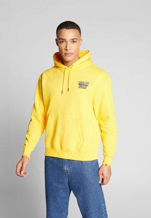 PUMA X RANDOM EVENT HOODIE - Jersey con capucha - yellow