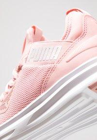 Puma - ENZO BETA - Neutrální běžecké boty - bridal rose/white - 5