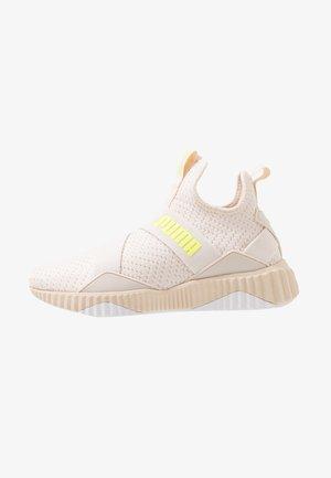 DEFY MID CORE - Chaussures de running neutres - pastel parchment/white