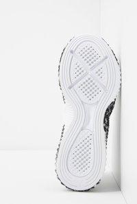 Puma - DEFY LEOPARD - Sportovní boty - white/black - 4