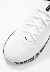 Puma - DEFY LEOPARD - Sportovní boty - white/black - 5