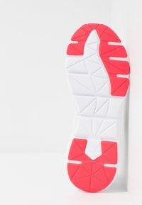 Puma - WEAVE XT - Zapatillas de running estables - white/pink alert - 4