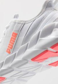 Puma - WEAVE XT - Obuwie do biegania Stabilność - white/ignite pink/fizzy orange - 5
