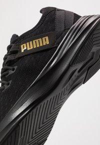 Puma - RADIATE XT PATTERN WN'S - Zapatillas de entrenamiento - black/metallic gold - 5