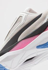 Puma - LQDCELL SHATTER XT SHIFT Q4 - Zapatillas de entrenamiento - glacier gray/white - 5
