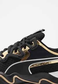 Puma - ZONE XT METAL - Zapatillas de entrenamiento - black/gold - 5