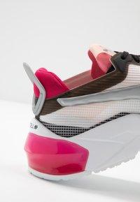 Puma - LQDCELL OPTIC XI  - Obuwie do biegania treningowe - white/black/rosewater - 5