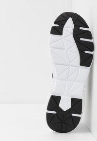 Puma - WEAVE XT METAL - Sportovní boty - black/metallic gold - 4