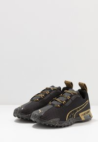 Puma - METAL WN'S - Obuwie do biegania treningowe - black/metallic gold - 3