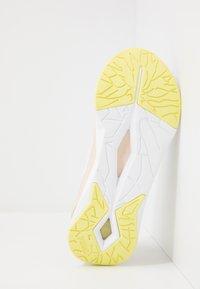 Puma - LQDCELL SHATTER  - Sportovní boty - white/tapioca - 2