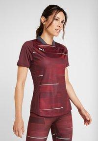 Puma - GRAPHIC - T-shirt med print - vineyard wine/green glimmer - 0