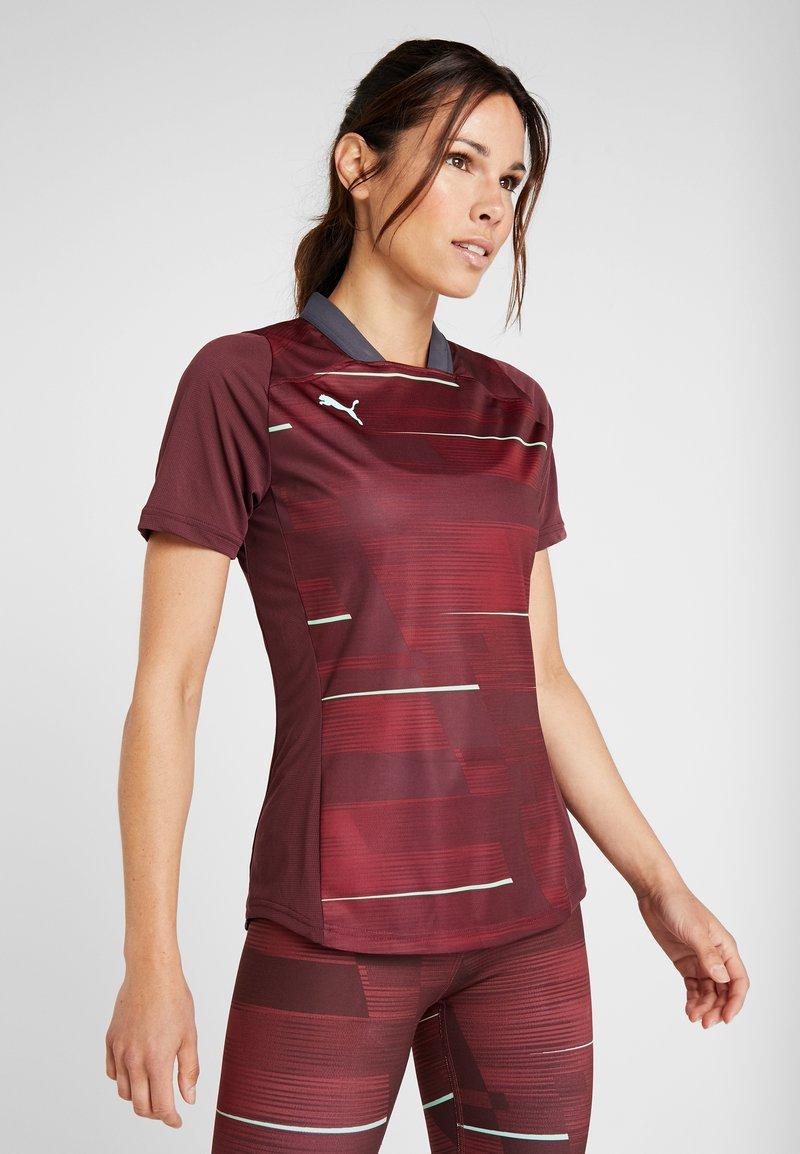 Puma - GRAPHIC - T-shirt med print - vineyard wine/green glimmer