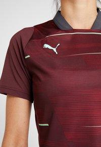 Puma - GRAPHIC - T-shirt med print - vineyard wine/green glimmer - 5