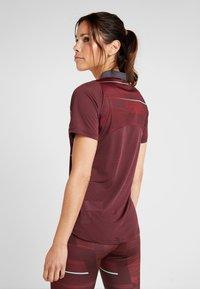 Puma - GRAPHIC - T-shirt med print - vineyard wine/green glimmer - 2