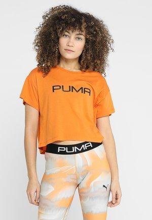 CROPPED LOGO TEE - T-shirt med print - russet orange