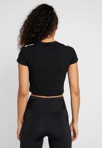 Puma - AMPLIFIED LOGO FITTED TEE - T-shirts med print - puma black - 2