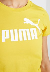 Puma - AMPLIFIED TEE - Print T-shirt - sulphur - 5
