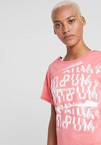Puma - HIT FEEL IT TEE - T-shirts med print - pink alert - 4