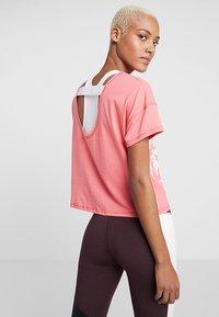 Puma - HIT FEEL IT TEE - T-shirts med print - pink alert - 2