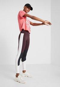 Puma - HIT FEEL IT TEE - T-shirts med print - pink alert - 1