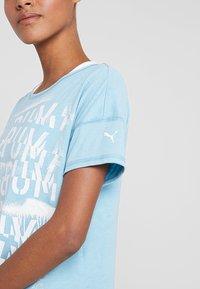 Puma - HIT FEEL IT TEE - Printtipaita - milky blue - 4