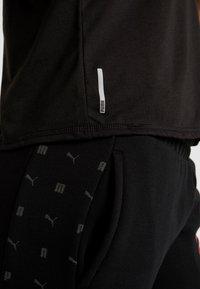 Puma - HIT FEEL IT TEE - T-shirts med print - puma black/titanium silver - 5