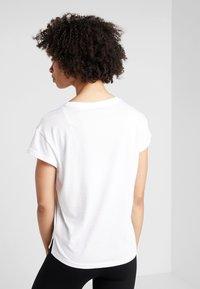 Puma - MODERN SPORT GRAPHIC TEE - T-shirt con stampa - white - 2