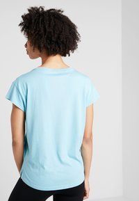 Puma - MODERN SPORT GRAPHIC TEE - T-shirt con stampa - milky blue - 2