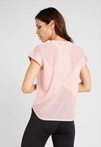 Puma - STUDIO TEE - Camiseta estampada - bridal rose - 2