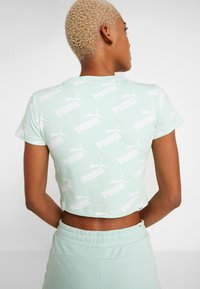 Puma - AMPLIFIED FITTED TEE - Printtipaita - mist green - 2